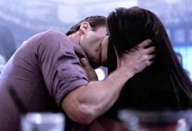 """Em """"Amor à Vida"""", Perséfone e Daniel se provocam beijando Vanderlei e Simone"""