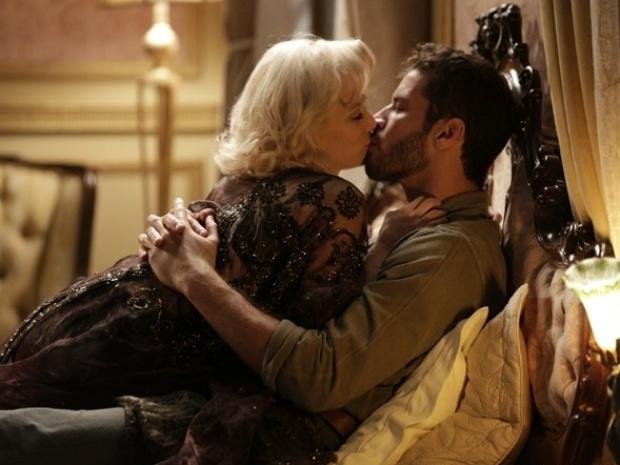 """Em """"Joia Rara"""", Aurora hipnotiza Davi e eles têm a primeira vez"""