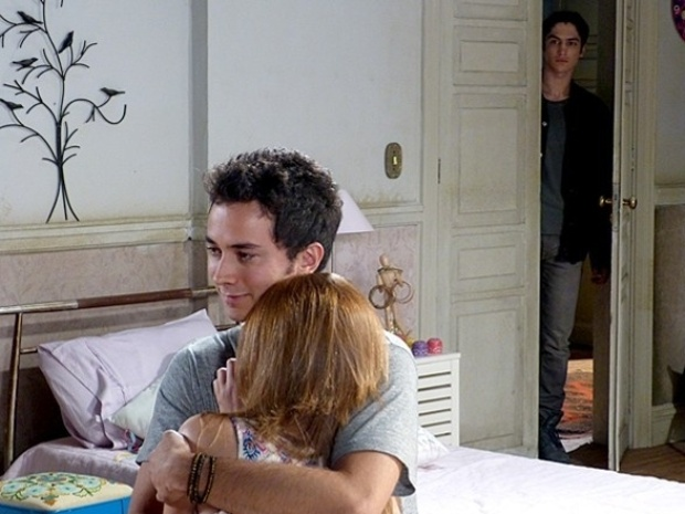 """Em """"Malhação"""", Antônio causa apagão e impede Ben e Anita de assumirem namoro"""