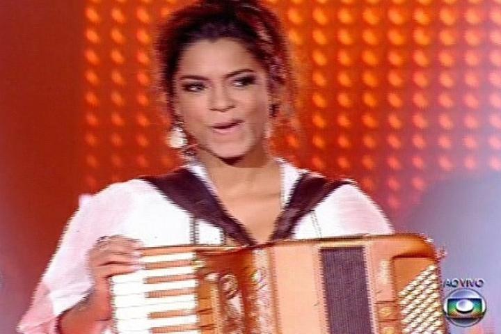 """Lucy Alves cantou """"Segue a Seco"""", música do seu próprio técnico Carlinhos Brown, que a manteve na disputa"""