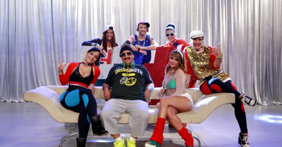 """Ratinho gravou o especial de fim de ano do SBT como um DJ """"musculoso"""". No vídeo ele aparece cantando e dançando com sua equipe no palco"""
