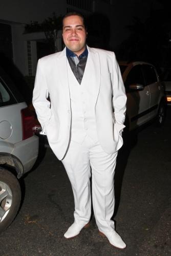 6.dez.2013 - De branco, Tiago Abravanel marca presença no casamento da tia, Silvia