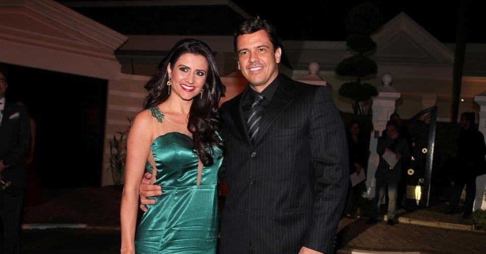 6.dez.2013 - Patrícia Salvador, assistente de palco de Silvio Santos, prestigia o casamento com o marido