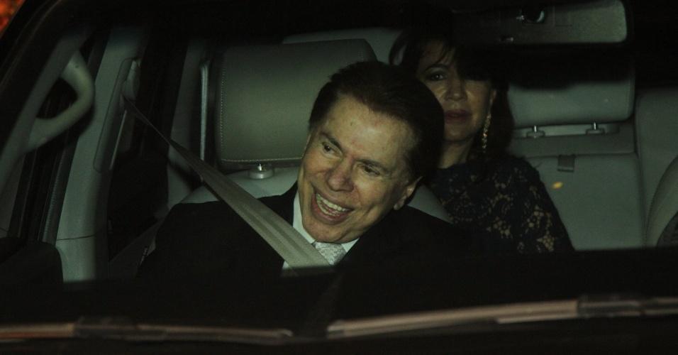 6.dez.2013 - Silvio Santos para a imprensa ao chegar no casamento da filha