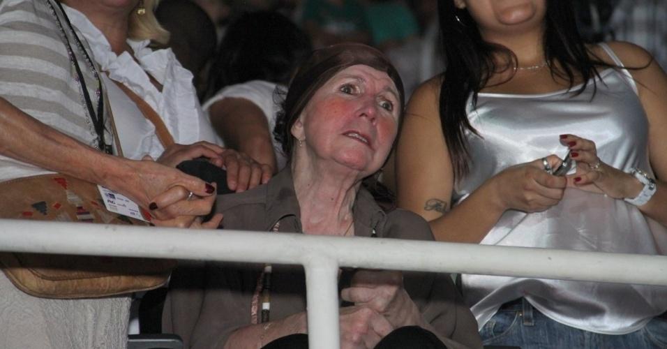 """7.dez.2013 - Alda, mãe da apresentadora Xuxa, prestigiou o show """"Natal Mágico da Xuxa"""" no estádio do Maracanãzinho, no Rio. Alda sofre de Mal de Parkinson"""