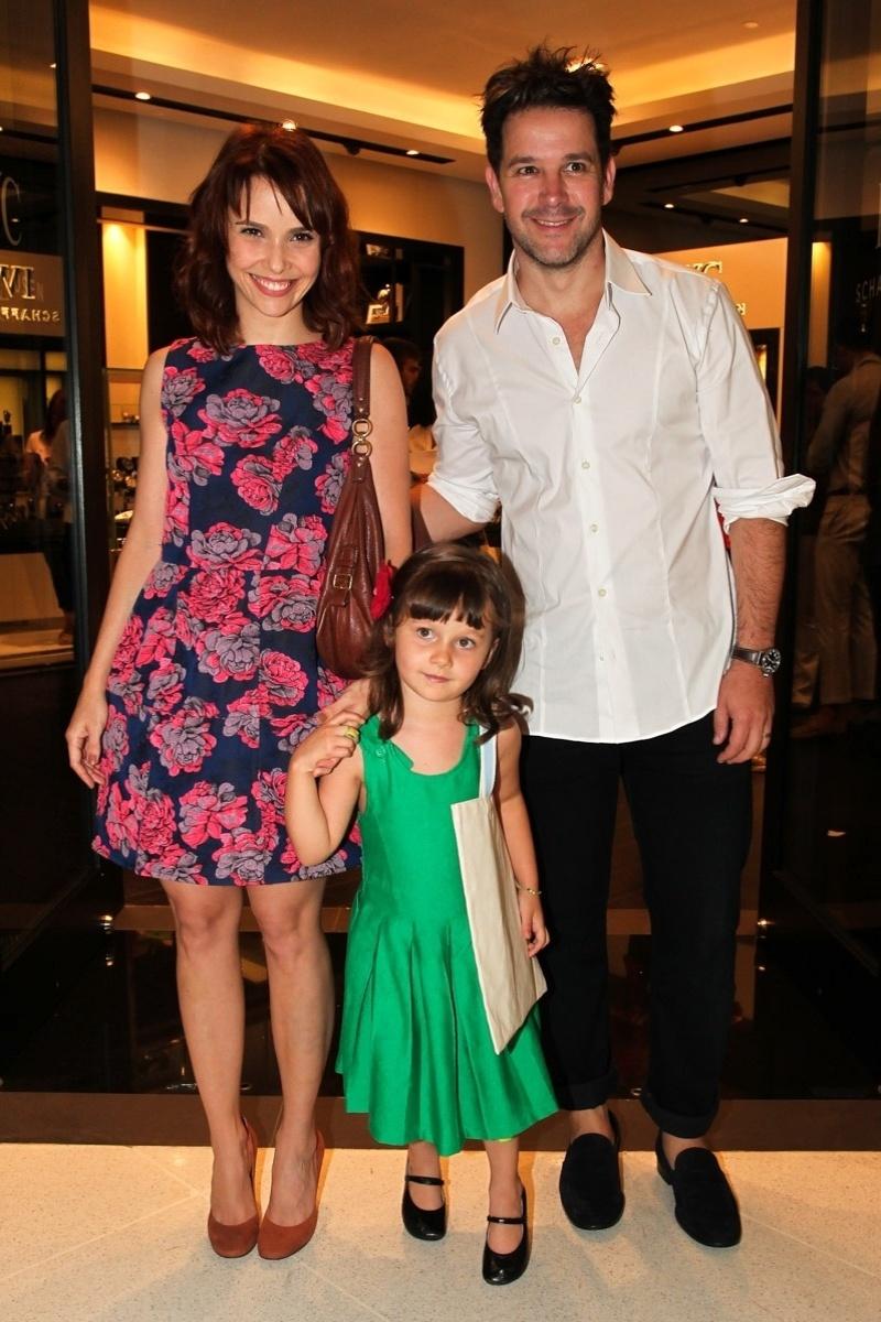 7.dez.2013 - Débora Falabella com a filha e Murilo Benício em evento no shopping JK Iguatemi em São Paulo