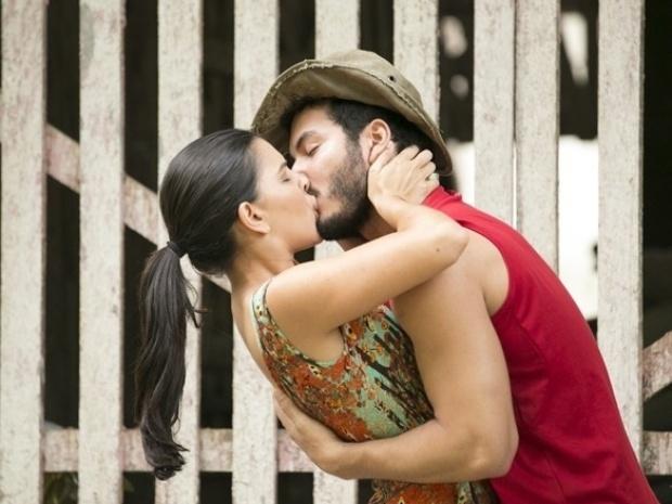 """Em """"Além do Horizonte"""", Matias se declara para Celina, e os dois acabam se beijando"""