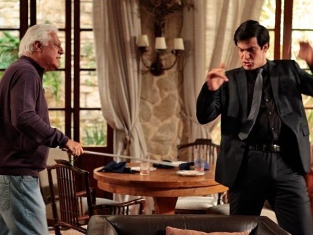 """Em """"Amor à Vida"""", César recebe Félix com bengaladas"""