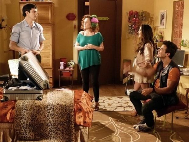 """Em """"Amor à Vida"""", Valdirene volta para a casa de Márcia e Félix tem que dormir no sofá"""