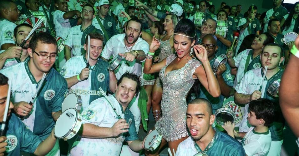 7.dez.2013 - A modelo Aline Bernardes samba com a bateria da Mancha Verde na festa de 13 anos da escola