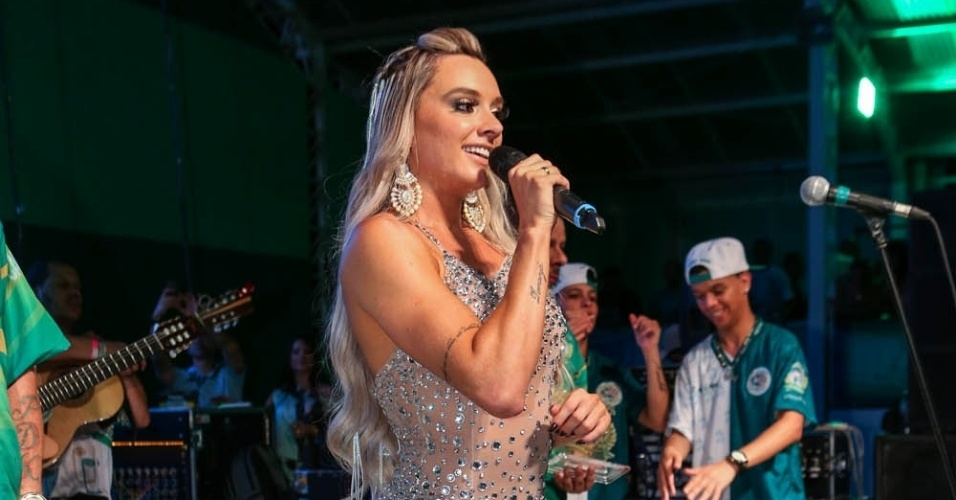 7.dez.2013 - A modelo Juju Salimeni na festa de 13 anos da escola de samba Mancha Verde
