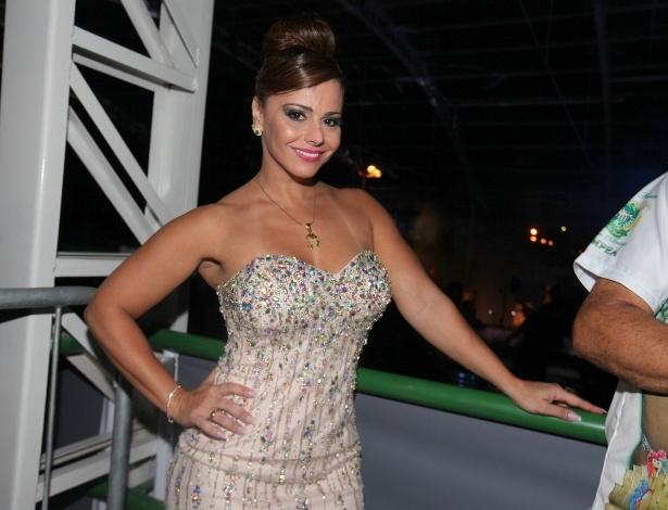 7.dez.2013 - A modelo Viviane Araújo chega para a festa de 13 anos da escola de samba Mancha Verde