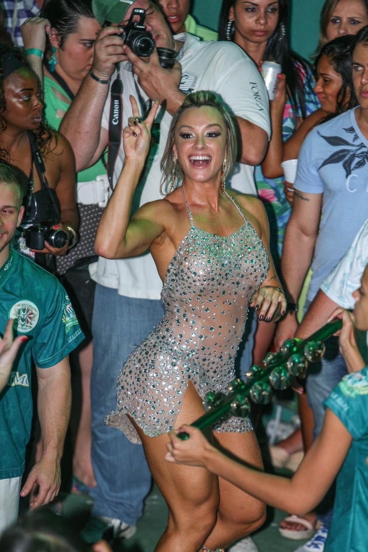 7.dez.2013 - Juju Salimeni, musa da Mancha Verde, samba com a bateria na festa de 13 anos da escola