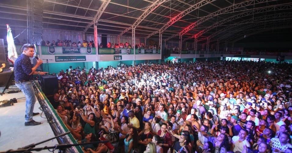 7.dez.2013 - Mais de cinco mil pessoas participam da festa de 13 anos da escola de samba Mancha Verde