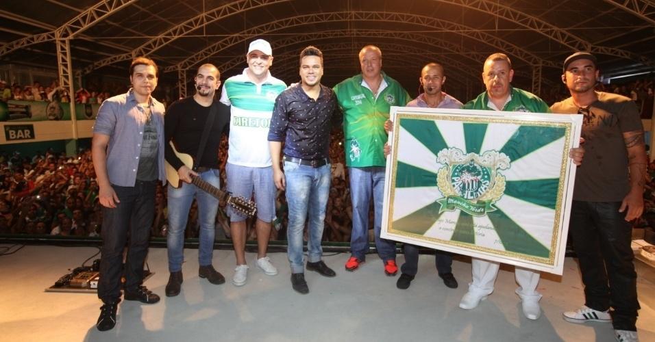7.dez.2013 - Marcos, Paulo Serdan (presidente da Mancha Verde) e o grupo Sorriso Maroto posam com a bandeira da Mancha Verde
