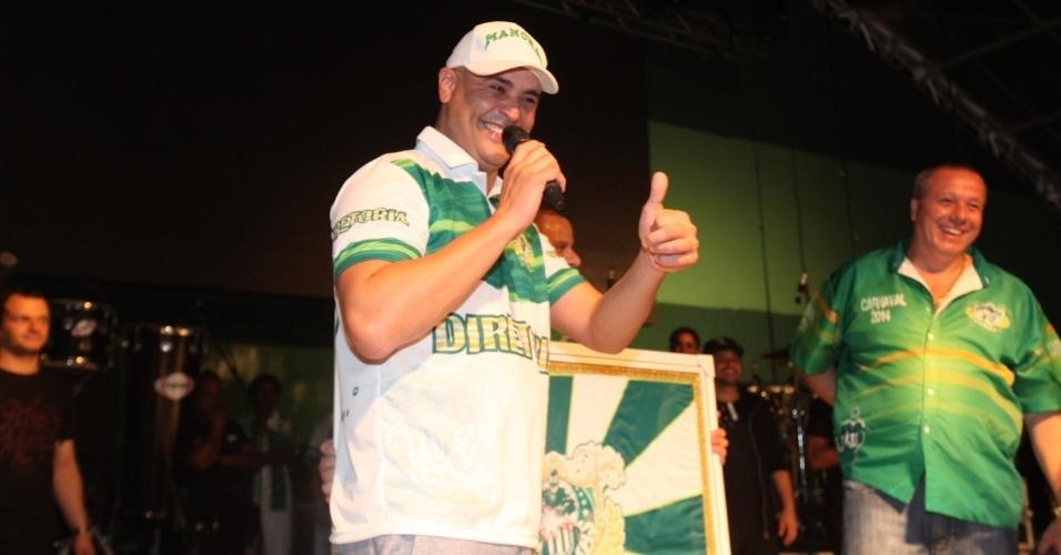 7.dez.2013 - O ex-jogador Marcos participa da festa de 13 anos da escola de samba Mancha Verde
