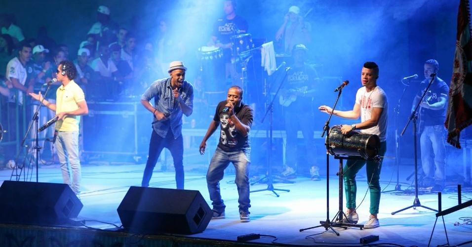 7.dez.2013 - O grupo Art Popular faz show na festa de 13 anos da Mancha Verde