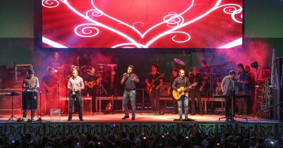 7.dez.2013 - O grupo Sorriso Maroto faz show na festa de 13 anos da Mancha Verde