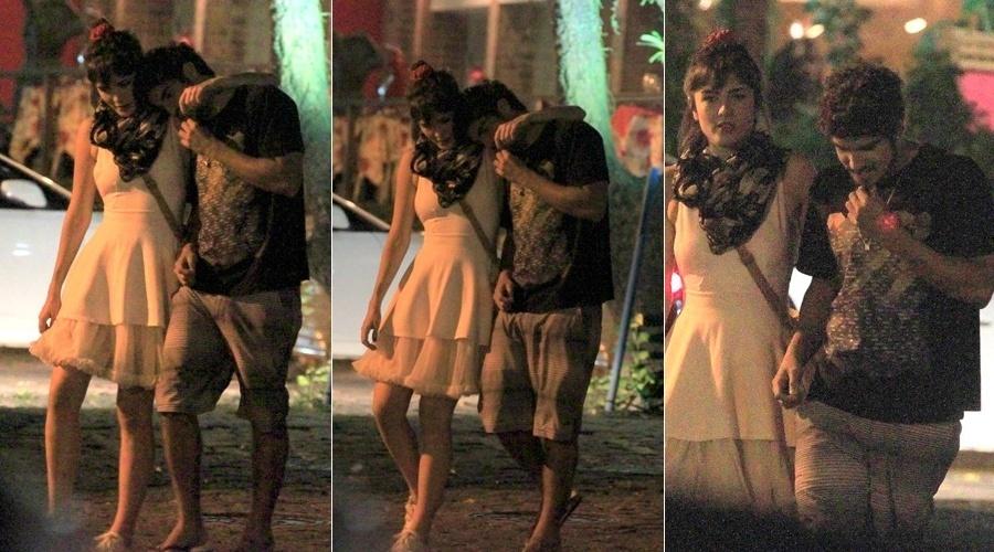 8.dez.2013 - Caio Castro e Maria Casadevall jantaram em um restaurante na zona oeste do Rio. Os atores deixaram o local abraçados