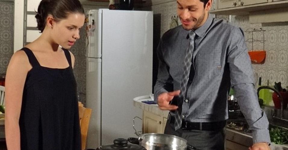 """Em """"Amor à Vida"""", Linda cozinha com Rafael e ganha elogio de Leila"""