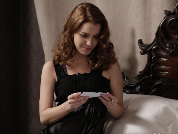 """Em """"Joia Rara"""", Sílvia se emociona ao ganhar sapatinhos de bebê de Viktor"""
