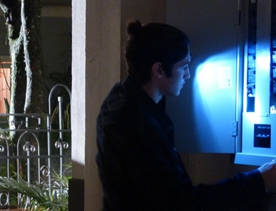 """Em """"Malhação"""", Antônio corta luz do casarão e atrapalha planos de Ben e Anita"""