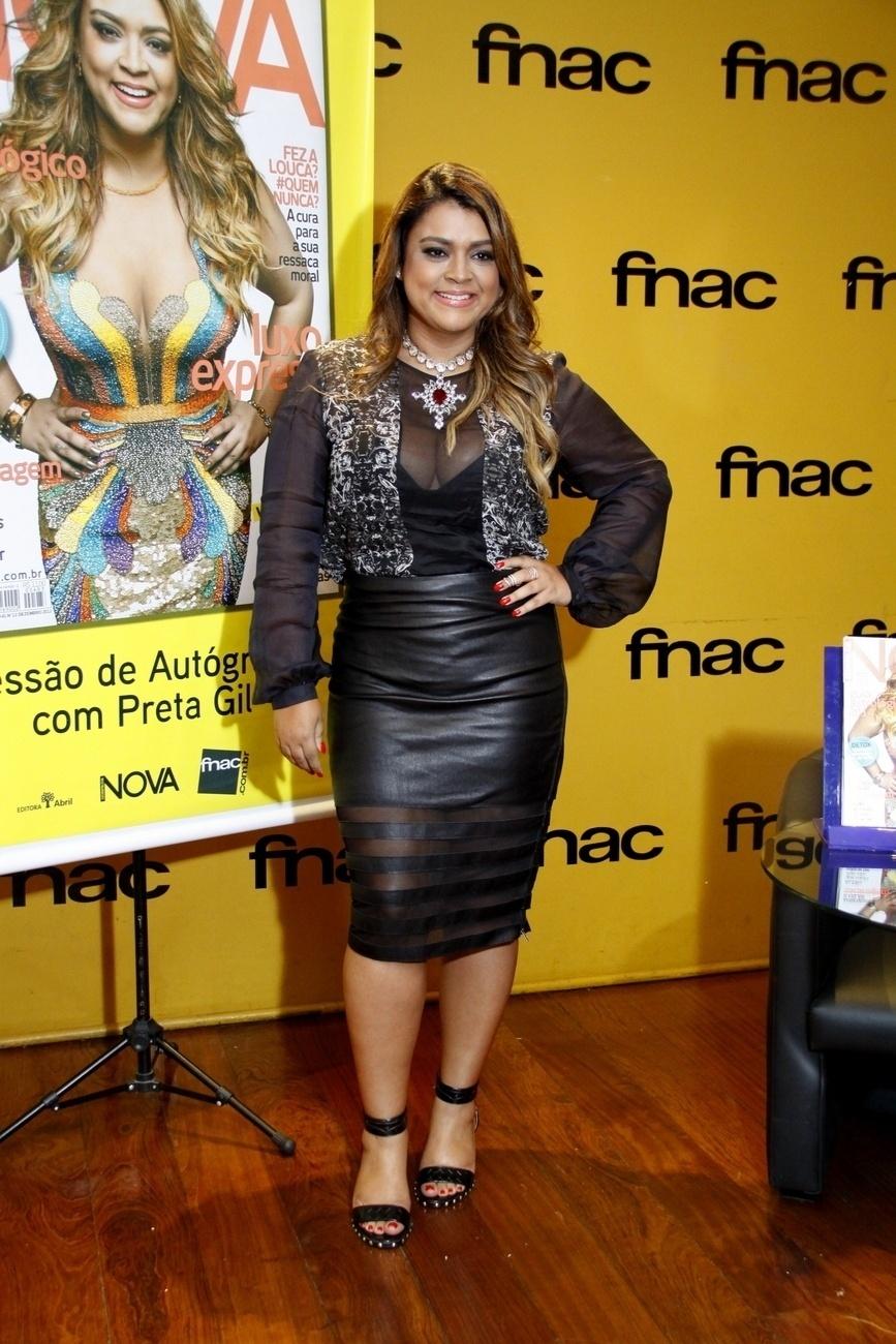 """09.dez.2013- Preta Gil aposta na transparência na sessão de autógrafos da revista """"Nova"""", que aconteceu no Rio de Janeiro"""