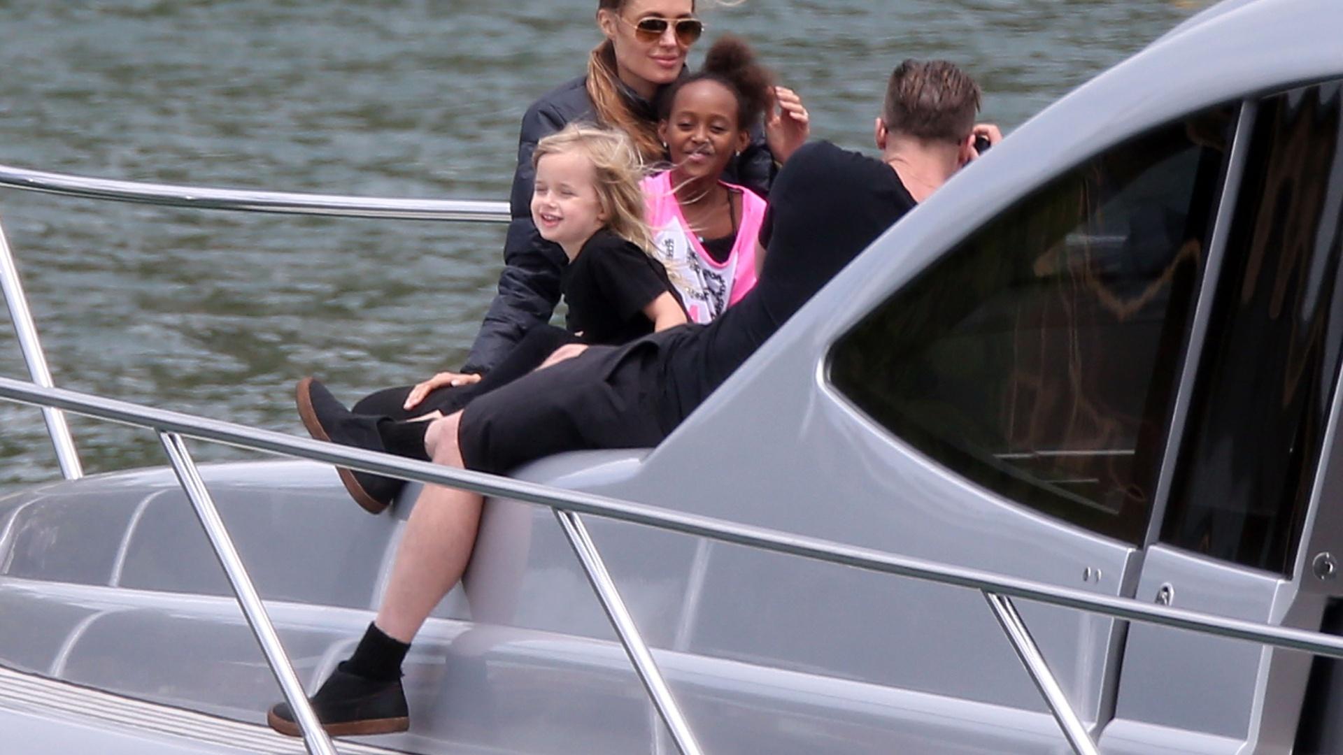 3.dez.2013 - Brad Pitt e Angelina Jolie se divertem com os seis filhos: Zahara, Vivienne, Knox, Pax, Shiloh e Maddox, em iate em Sydney