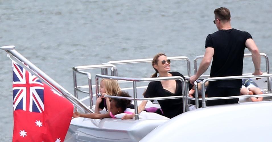 3.dez.2013 - Brad Pitt e Angelina Jolie se divertem com os seis filhos: Zahara, Vivienne, Knox, Pax, Shiloh e Maddox, em iate em Sydneydez.2013 - Brad Pitt e Angelina Jolie conversam durante passeio de barco com os seis filhos em praia em Sydney, na Austrália