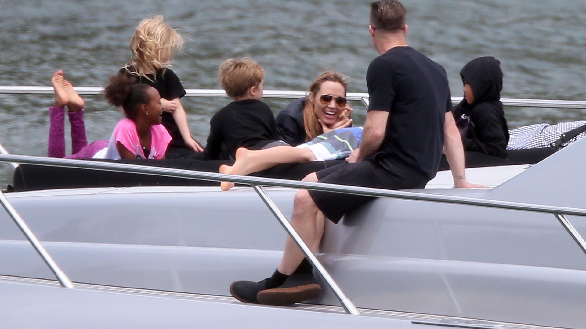 3.dez.2013 - Brad Pitt e Angelina Jolie se divertem com os seis filhos: Zahara, Vivienne, Knox, Pax, Shiloh e Maddox, em iate em Sydneydez.2013 - Brad Pitt e Angelina Jolie se divertem com os seis filhos: Zahara, Vivienne, Knox, Pax, Shiloh e Maddox