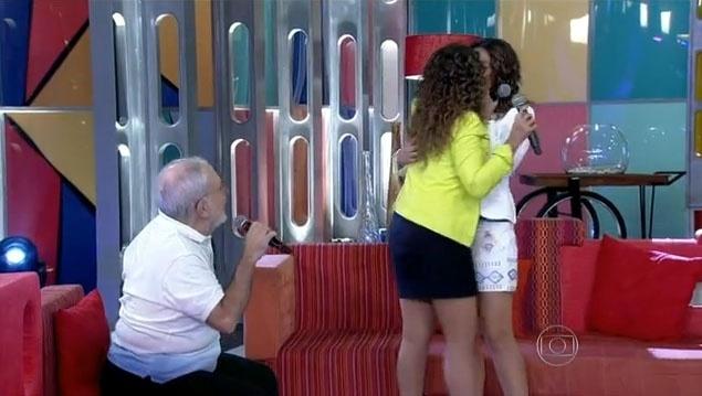 9.dez.2013 - Daniela Mercury beija a mulher, a jornalista Malu Verçosa no programa