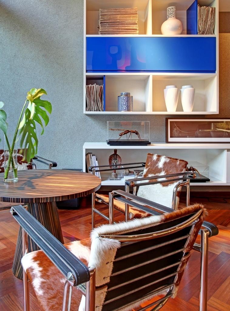 Celso Laetano assina o Loft, modulado com móveis planejados. No estar encontramos móveis ícones, como a cadeira Red & Blue, do arquiteto Gerrit Rietveld, e exemplares da cadeira LC, de Le Corbusier. A Casa Cor Interior SP fica em cartaz até dia 15 de dezembro de 2013, na rua Hide Maluf 400, em Piracicaba. A mostra já passou pela cidade, em 2008, além de Araraquara (2006), São José do Rio Preto (2007) e Sorocaba (2009). Outras informações: www.casacor.com.br/interiorsp