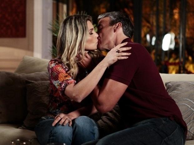"""Em """"Além do Horizonte"""", Thomaz consola Heloísa e a beija"""