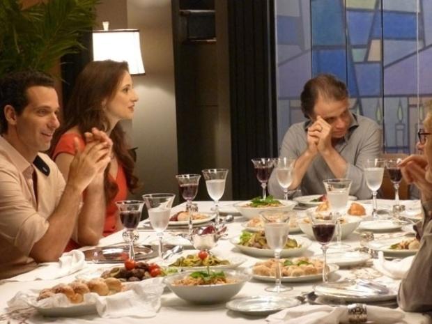 """Em """"Amor à Vida"""", Pérsio decide terminar o namoro com Rebeca"""