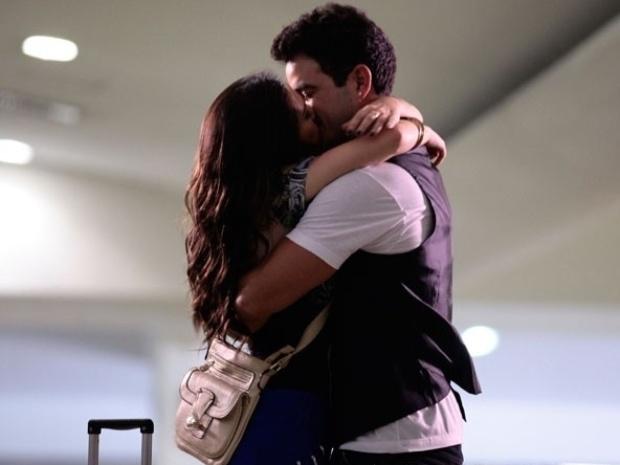 """Em """"Amor à Vida"""", Valdirene parte rumo ao BBB e se despede de Carlito com beijo"""