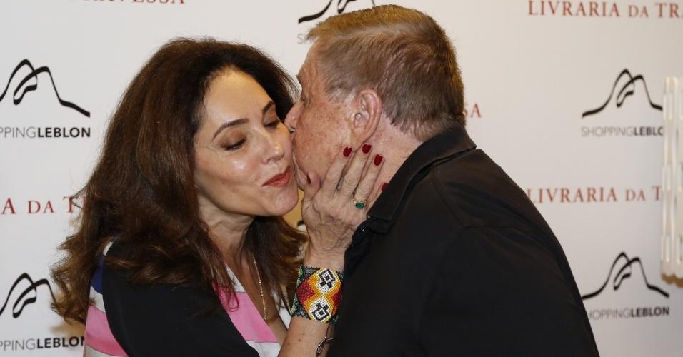 10.dez.2013- Christiane Torloni ganha beijo de Boni durante lançamento de livro no Rio