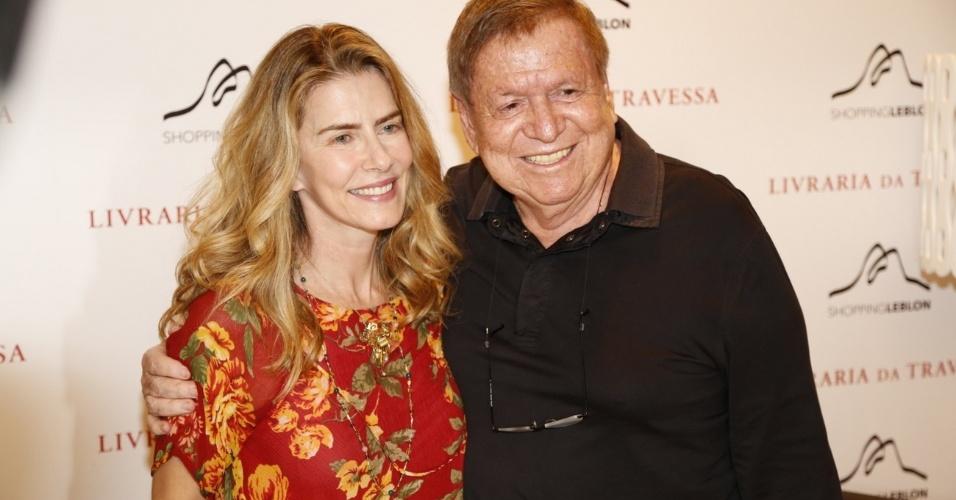 10.dez.2013- Maitê Proença posa com Boni em lançamento de livro no Rio de Janeiro