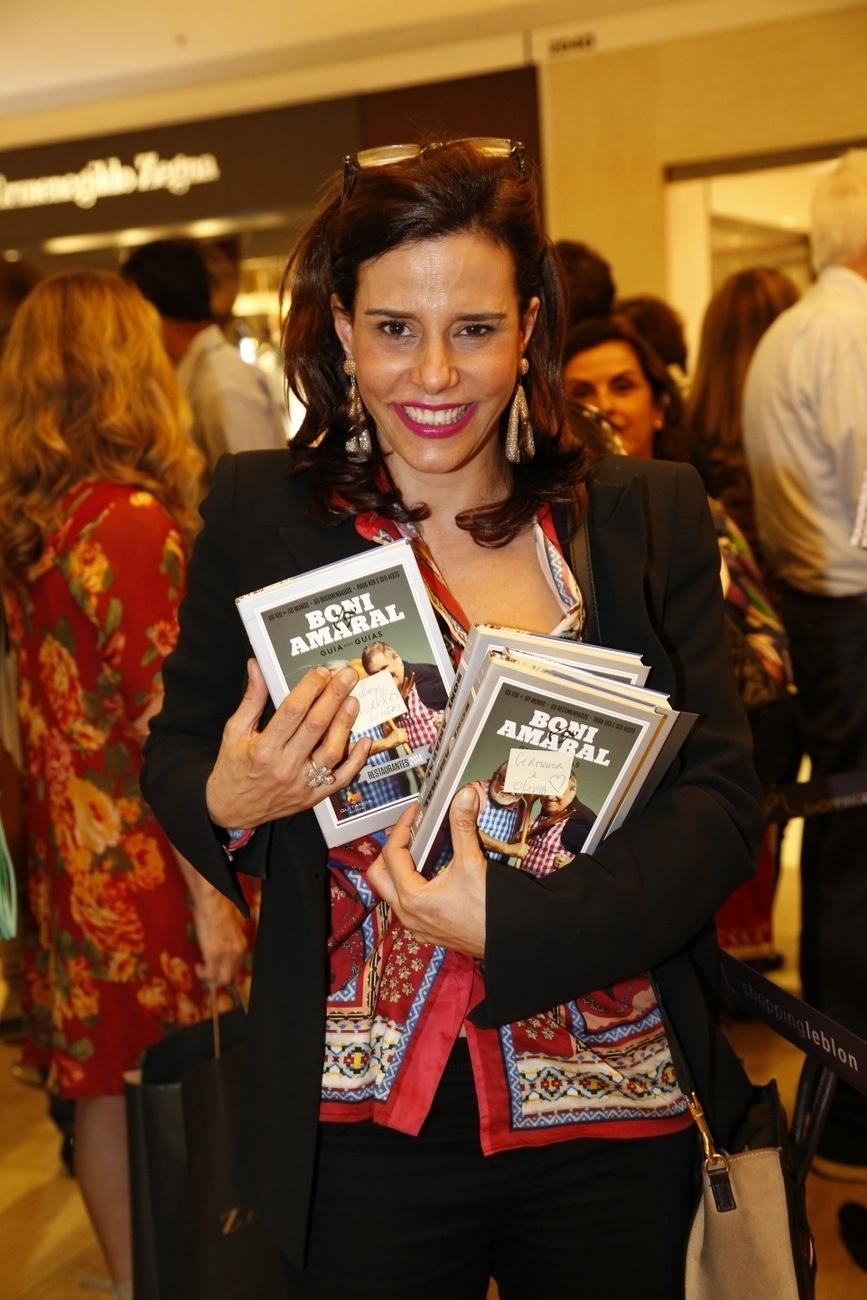 10.dez.2013- Narcisa Tamborindeguy vai à livraria para lançamento de livro de Boni e Ricardo Amaral no Rio