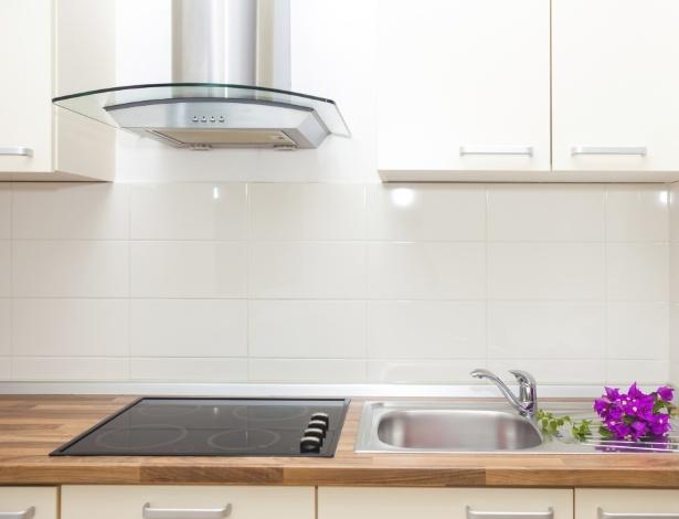 Cozinhas integradas ou com uso muito intenso do fogão demandam a instalação de uma boa coifa - Getty Images