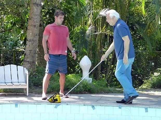 """Em """"Amor à Vida"""", Ninho faz César tropeçar e quase se afogar na piscina"""