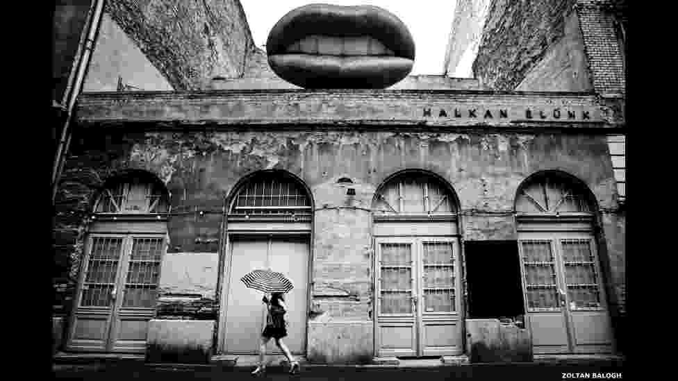 Uma mulher passa em frente de uma das ruínas mais famosas de bar em Budapeste, na foto de Zoltan Balogh - Zoltan Balogh/BBC