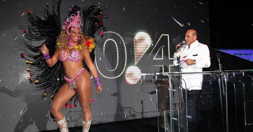 10.dez.2013 - Sambista se apresenta na festa de fim de ano da Rede TV! na sede da emissora, em São Paulo. O evento lançou a programação 2014, com coquetel, DJ Magui do Sirena e todo o casting do canal
