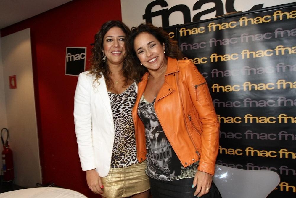 11.dez.2013 - Daniela Mercury e Manu Verçosa lançam livro em São Paulo