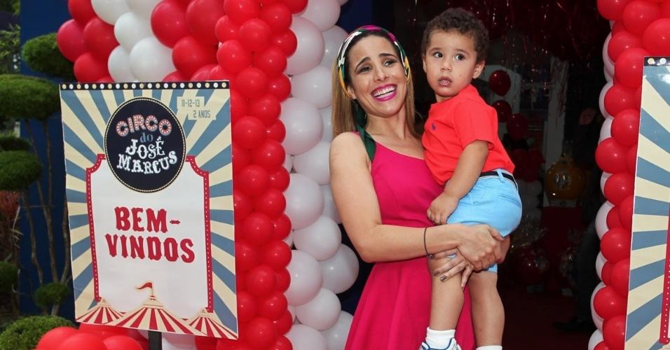 11.dez.2013 - Grávida do segundo filho, Wanessa Camargo posa com o filho José Marcus, que comemorou seu aniversário de 2 anos em São Paulo nesta quarta-feira. O bebê é fruto do relacionamento da cantora com o empresário Marcus Buaiz