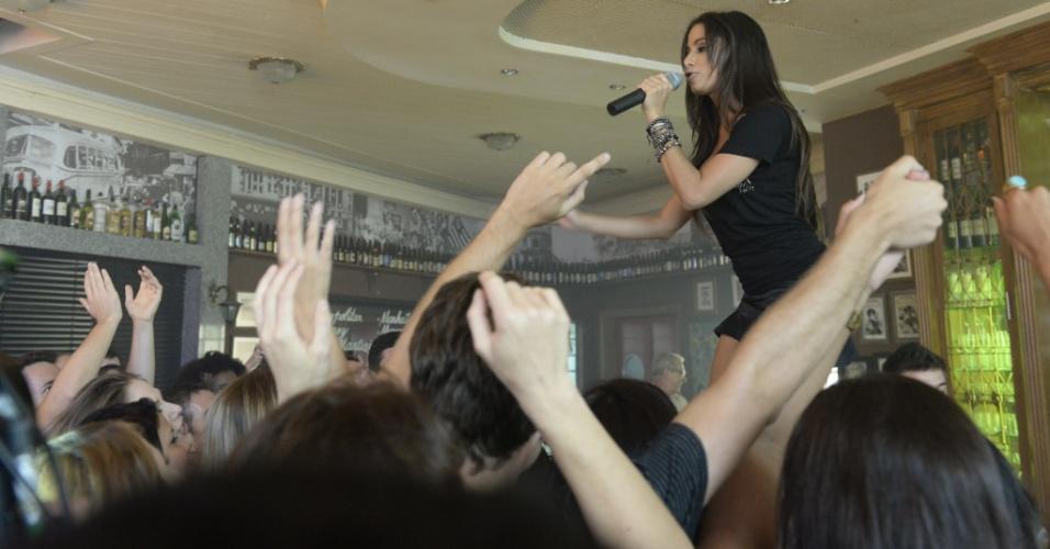 """Em """"Amor à Vida"""", Anitta se apresenta no bar dos médicos"""