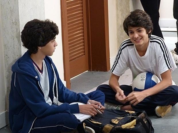 """Em """"Malhação"""", Vitor diz a Guilherme que quer conquistar Clara"""