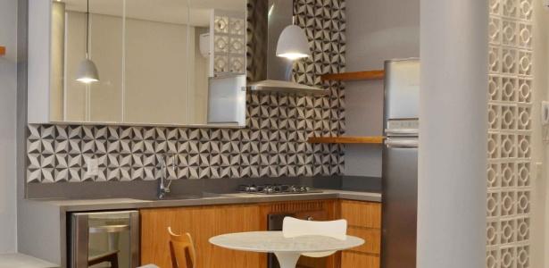 Na cozinha projetada pela arquiteta Eliane Fiuza, o ladrilho hidráulico na parede e a divisória em cobogó (à dir.) são combinados a elementos modernos como os armários de superfície espelhada - Divulgação