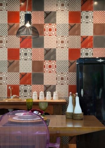 Na cozinha, o ladrilho hidráulico da linha Retrô, da Lanzi (www.lanzi.com), remete ao antigo sem deixar um visual caricato ao ambiente. Repare que o revestimento foi organizado de modo sequencial, mas não a fim de criar um