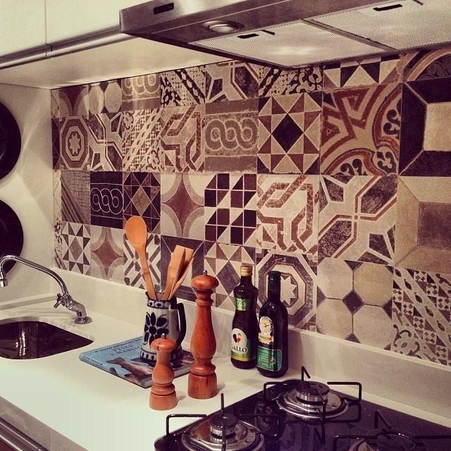 No projeto da arquiteta Ana Andrade, a cozinha ganha personalidade com a aplicação de ladrilhos hidráulicos à estreita parede entre a bancada e os armários. O revestimento tem desenhos variados com aspecto envelhecido proposital