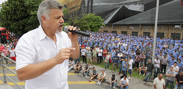 Sindicalista Wagner Almeida discursa em assembleia pela continuidade da produção da Kombi - Paulo de Souza/SMABC